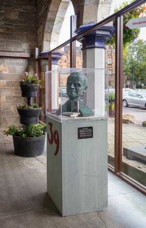 RailwayStation_JohnBuchan_statue_MB